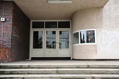 Eingang zur ehemaligen Seefahrtschule - Architekturgeschichte Hamburg Altona. Neben dem Eingang zur Seefahrtschule die halbrunde Pförtnerloge mit gebogenem Fensterlas.
