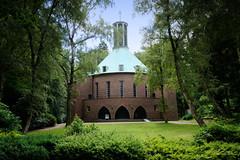Aumühle ist eine Gemeinde im Kreis Herzogtum Lauenburg in Schleswig-Holstein und gehört zur Metropolregion Hamburg. Blick auf die Bismarck Gedächnis Kirche, errichtet 1930 - Architekten Heinrich Bomhoff und Hermann Schöne.