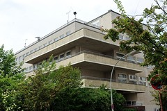 Architektur Hamburgs - Baudenkmal Seefahrtschule Rainvilleterrasse. Balkons mit gelben Backstein und Putzfassade.