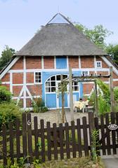 Aumühle ist eine Gemeinde im Kreis Herzogtum Lauenburg in Schleswig-Holstein und gehört zur Metropolregion Hamburg;  Fachwerkhaus mit Reetdach an der Sachsenwaldstraße.