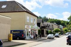 Aumühle ist eine Gemeinde im Kreis Herzogtum Lauenburg in Schleswig-Holstein und gehört zur Metropolregion Hamburg.  Blick in die Geschäftsstraße des Ortes - Große Straße.