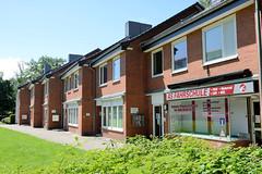 Fotos aus dem Hamburger Stadtteil Horn - Bezirk Hamburg Mitte. Ladenzeile an der Sievekingsallee, versetzte Ladenfronten.