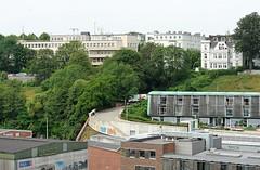 Blick über die Grosse Elbstrasse zum Elbberg, Rainvilleterrasse.  Hinter dem Bürogebäude mit dem grünen Dach führen die Gleise der Hafenbahn in den Schellfischtunnel, der den Altonaer Hafen mit dem Gleisnetz am Altonaer Bahnhof verbindet. Auf dem Elb