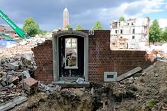 Fotos aus dem Hamburger Stadtteil Horn - Bezirk Hamburg Mitte. Abriss an der Sievekingallee / Horner Weg - Reste einer Tür, im Hntergrund der Turm des Islamischen Zentrum Al Nour.