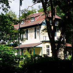 Aumühle ist eine Gemeinde im Kreis Herzogtum Lauenburg in Schleswig-Holstein und gehört zur Metropolregion Hamburg; Villa mit Sonnenuhr.
