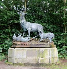 Friedrichsruh ist ein Ortsteil der Gemeinde Aumühle, Kreis Herzogtum Lauenburg in Schleswig-Holstein; Hirschgruppe / Hirschdenkmal mit Hunden am Schneckenberg - Geschenk für Bismarck von anhaltischen Städten.