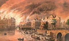 Hamburger Brand von 1842 - die Alte Börse und Häuser am Nikolaifleet stehen in Flammen; Feuerwehrboote fahren auf dem Fleet.