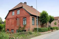 Curslack ist ein Stadtteil  im Bezirk Hamburg Bergedorf. Curslack ist einer der vier Stadtteile, die zusammen die Hamburger Vierlande bilden. Wohnhaus / Ziegelgebäude mit Linden am Eingang am Curslacker Deich.