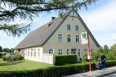 Neuengamme  ist ein Hamburger Stadtteil im Elbmarsch-Gebiet der Vierlande im Bezirk Bergedorf. Denkmalgeschütztes Wohnwirtschaftsgebäude mit reetgedecktem Dach am Neuengammer Hausdeich, Bushaltestelle Heinrich-Stubbe-Weg.