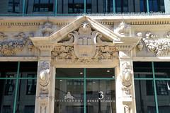 Fotos aus der Hamburger Innenstadt, City; Stadtteil Altstadt - Bezirk Mitte. Historisches Eingangsportal mit Hamburger Wappen am Spitalerhof in den Kurzen Mühren.