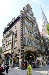 Fotos aus den Hamburger Stadtteilen und Bezirken - Bilder aus Hamburg  Altstadt, Bezirk Hamburg Mitte. Fassadendekor am Hulbe Haus in der Mönckebergstraße; das Gebäuide wurde 1911 nach Entwürfen des Hamburger Architekten Henry Grell errichtet.