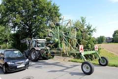 Neuengamme  ist ein Hamburger Stadtteil im Elbmarsch-Gebiet der Vierlande im Bezirk Bergedorf. Straßenverkehr auf dem Neuengammer Hausdeich, Trecker mit Heuwender.
