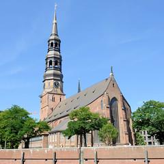 Fotos aus der Hamburger Innenstadt, City; Stadtteil Altstadt - Bezirk Mitte. Blick über den Zollkanal zur St. Katharinen-Kirche.