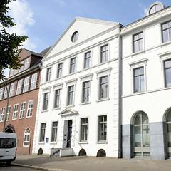 Fotos aus dem Hamburger Stadtteil Neustadt, Bezirk Hamburg Mitte. Wohnhaus am Zeughausmarkt - das um 1830 errichtete Gebäude steht unter Denkmalschutz.