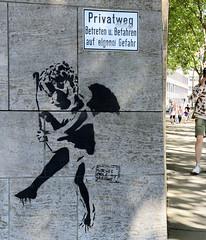 Fotos aus der Hamburger Innenstadt, City; Stadtteil Altstadt - Bezirk Mitte. Stencil an einer Hauswand - BITCHES STOLE MY ARROWS..