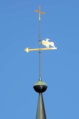 Fotos aus dem Hamburger Stadtteil   Allermöhe, Bezirk Hamburg Bergedorf. Wetterfahne und Kreuz - Kirchturmspitze der Dreieinikeitskirche.