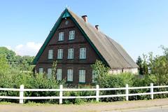Fotos aus dem Hamburger Stadtteil   Allermöhe, Bezirk Hamburg Bergedorf; Wohnwirtschaftsgebäude mit Reetdach am Allermöher Deich.