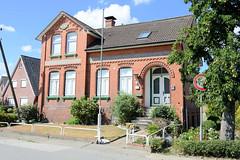 Fotos aus dem Hamburger Stadtteil Ochensenwerder, Bezirk Bergedorf. Historisches Wohnhaus am Dorferbogen - das Gebäude wurde 1911 errichtet und steht unter Denkmalschutz.