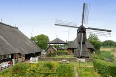 Curslack ist ein Stadtteil  im Bezirk Hamburg Bergedorf. Curslack ist einer der vier Stadtteile, die zusammen die Hamburger Vierlande bilden. Fachwerkmuseum Rieck-Haus am Curslacker Deich - Blick zur Kokerwindmühle. Diese Art der historischen Windmüh