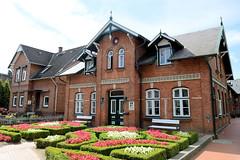 Neuengamme  ist ein Hamburger Stadtteil im Elbmarsch-Gebiet der Vierlande im Bezirk Bergedorf. Ehemaliges Schulgebäude  am Neuengammer Hausdeich, errichtet um 1890 - Buchsbaumhecken und Begonien im Vorgarten.