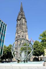 Fotos aus der Hamburger Innenstadt, City; Stadtteil Altstadt - Bezirk Mitte. Blick durch den Globus-Brunnen zum Turm der St. Niklaikirche. Der Brunnen an der Willy-Brandt-Straße wurde 1965 aufgestellt und steht unter Denkmalschutz - Künstler Kurt Kra