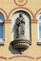 Fotos aus dem Hamburger Stadtteil Borgfelde, Bezirk Hamburg Mitte; Figur an der Fassade vom St. Gertrudstift.