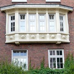 Fotos aus dem Hamburger Stadtteil Neustadt, Bezirk Hamburg Mitte; Erker mit Reliefdekor - Wohnhaus im Herrengraben, errichtet 1914 - das Gebäude steht unter Denkmalschutz.