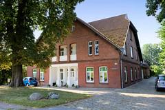 Fotos aus dem Hamburger Stadtteil Reitbrook, Bezirk Bergedorf. Historisches Wohnwirtschaftsgebäude am Vorderdeich; das Bauernhaus mit Bäumen und Pflasterung wurde um 1911 errichtet und steht unter Denkmalschutz - Architekt C. Kahlbrandt.