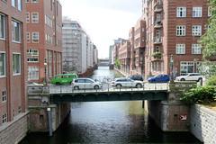 Fotos aus dem Hamburger Stadtteil Neustadt, Bezirk Hamburg Mitte; Blick von der Ludwig-Erhard-Straße auf das Herrengrabenfleet und die Pulverturmsbrücke.