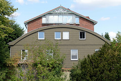 Fotos aus dem Hamburger Stadtteil Ochensenwerder, Bezirk Bergedorf. Gebäude mit rundem Dach, Backsteinhaus mit Ziergiebel.