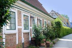 Neuengamme  ist ein Hamburger Stadtteil im Elbmarsch-Gebiet der Vierlande im Bezirk Bergedorf. Wohnhaus im Grote Stegel - im Hintergrund Neubau eines Fachwerkhauses mit Reetdach.