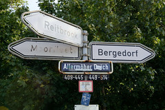 Fotos aus dem Hamburger Stadtteil Allermöhe, Bezirk Hamburg Bergedorf. Hinweisschilder, Richtungsschilder nach Moorfleet, Reitbrook und Bergedorf am Allermöher Deich.