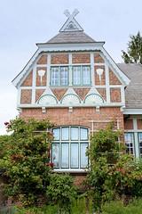 Curslack ist ein Stadtteil  im Bezirk Hamburg Bergedorf. Curslack ist einer der vier Stadtteile, die zusammen die Hamburger Vierlande bilden. Wohnhaus im Heimatstil mit Fachwerkgiebel und Schnitzereien im Curslacker Deich.