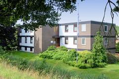 Neuengamme  ist ein Hamburger Stadtteil im Elbmarsch-Gebiet der Vierlande im Bezirk Bergedorf. Kubische Architektur - einstöckiger Wohnblock  am Schipperstegel.