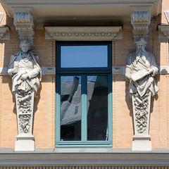 Fotos aus der Hamburger Innenstadt, City; Stadtteil Altstadt - Bezirk Mitte. Denkmalgeschütztes Wohngeschäftshaus / Frachtenhaus in der Straße Zippelhaus; errichtet 1890/91 - Architekt Hinirch Fitschen.