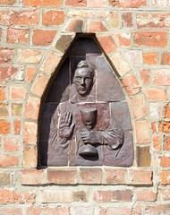 Neuengamme  ist ein Hamburger Stadtteil im Elbmarsch-Gebiet der Vierlande im Bezirk Bergedorf. Terrakotta-Relief mit Johannes  dem Täufer mit Kelch und segnender Hand.