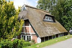 Neuengamme  ist ein Hamburger Stadtteil im Elbmarsch-Gebiet der Vierlande im Bezirk Bergedorf. Reetgedeckte Fachwerkkate am Neuengammer Hausdeich - das unter Denkmalschutz stehende Gebäude wurde 1769 errichtet.