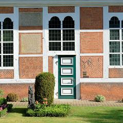 Fotos aus dem Hamburger Stadtteil   Allermöhe, Bezirk Hamburg Bergedorf. Fassade der Allermöher Dreieinigkeitskirche, errichtet 1614.