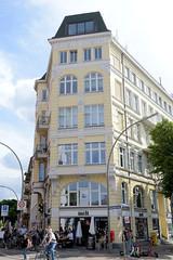 Fotos aus dem Hamburger Stadtteil Neustadt, Bezirk Hamburg Mitte; Wohn- und Geschäftshaus am Johannisbollwerk.