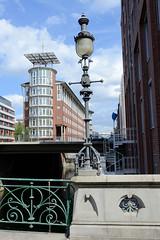 Fotos aus dem Hamburger Stadtteil Neustadt, Bezirk Hamburg Mitte. Blick von der Pulverturmsbrücke zu einem Bürohaus an der Ludwig-Erhard-Straße - die Brücke wurde um 1900 gebaut und steht unter Denkmalschutz.