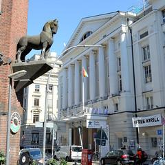 Fotos aus der Hamburger Innenstadt, City; Stadtteil Altstadt - Bezirk Mitte. Pferdeskulptur am Thalia-Hof, Bildhauer Ludwig Kunstmann - im Hintergrund das Thalia-Theater.
