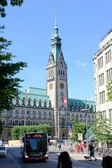 Fotos aus der Hamburger Innenstadt, City; Stadtteil Altstadt - Bezirk Mitte. Blick durch die Mönckebergstraße zum Hamburger Rathaus / Platz.