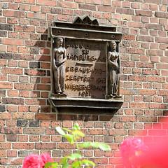 Fotos aus dem Hamburger Stadtteil Neustadt, Bezirk Hamburg Mitte; Terrakotta-Tafel vom Bauverein in der Rehhoffstraße..