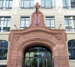 Fotos aus der Hamburger Innenstadt, City; Stadtteil Altstadt - Bezirk Mitte. Eingangsportal vom Brügge-Haus am Raboisen - das Kontorhaus wurde ca. 1906 errichet, Architekt Franz Bach.