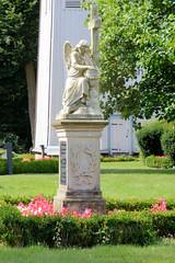 Neuengamme  ist ein Hamburger Stadtteil im Elbmarsch-Gebiet der Vierlande im Bezirk Bergedorf. Trauernder Grabengel auf dem Neuengammer Friedhof, Kirchturm der St. Johanniskirche