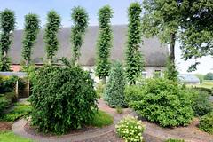 Neuengamme  ist ein Hamburger Stadtteil im Elbmarsch-Gebiet der Vierlande im Bezirk Bergedorf. Reetgedecktes Wohngebäude am Neuengammer Hausdeich, gestutzte Linden.