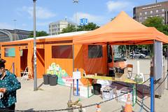 Duschbus der Initiative GoBanyo - Duschmöglichkeit für Obdachlose vor dem Museum für Kunste + Gewerbe in Hamburg St. Georg.