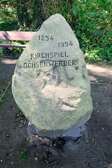 Fotos aus dem Hamburger Stadtteil Ochensenwerder, Bezirk Bergedorf. Findling, Gedenkstein an der Brack am Ochsenwerder Kirchendeich - Kirchspiel Ochsenwerder, 1254 - 1954.