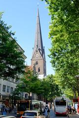 Fotos aus der Hamburger Innenstadt, City; Stadtteil Altstadt - Bezirk Mitte. Blick durch die Mönckebergstraße zur Petrikirche.