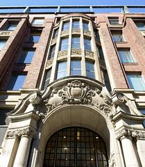 Fotos aus der Hamburger Innenstadt, City; Stadtteil Altstadt - Bezirk Mitte. Eingangsportal vom Südseehaus an den Langen Mühren - das Gebäude wurde als Kontorhaus 1911 errichtet; Architekt Carl Gustav Bensel.